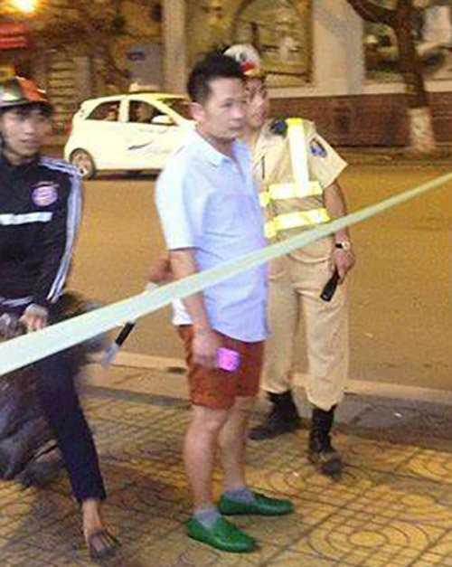 Hình ảnh Bằng Kiều đứng cạnh cảnh sát giao thông tại Hà Nội được đăng tải tối qua.