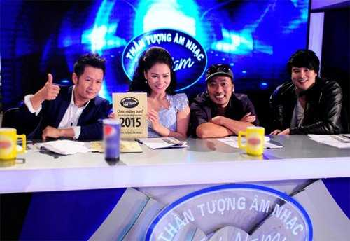 Nam ca sỹ đang tất bật quay hình VN Idol cùng Thu Minh, đạo diễn Quang Dũng, Thanh Bùi