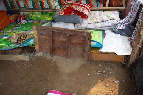 Nơi ngủ của bà chỉ là mấy tấm gỗ mục được bà nhặt từ bãi rác đưa về đem đặt nằm giữa đất để làm giường.