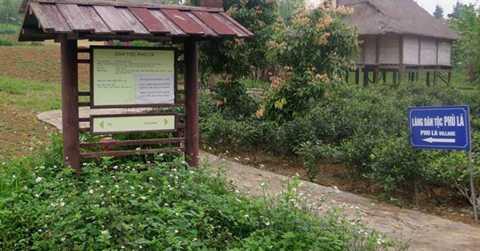 Lối vào dự án Làng văn hóa các dân tộc Việt Nam. Dự   án Làng văn hóa các dân tộc Việt Nam được Chính phủ phê duyệt từ năm   1997 với tổng diện tích xây dựng 1.544 ha (606 ha mặt đất, 939 ha mặt   nước) tại Đồng Mô, Sơn Tây, Hà Nội, gồm 12 dự án thành phần. Theo kế   hoạch, đến năm 2015,