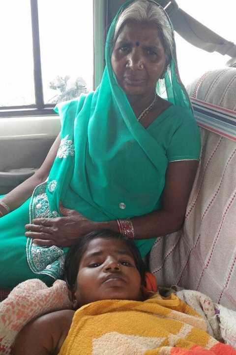 Kumari không thể đi lại được và phải để mẹ chăm sóc. Ảnh Mirror