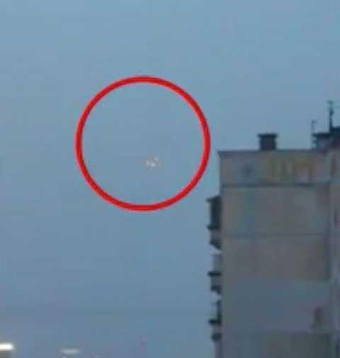 Trước đó đã xuất hiện vật thể bay hình tam giác bay trên bầu trời quê hương tổng thống Nga Putin. Ảnh The Mirror