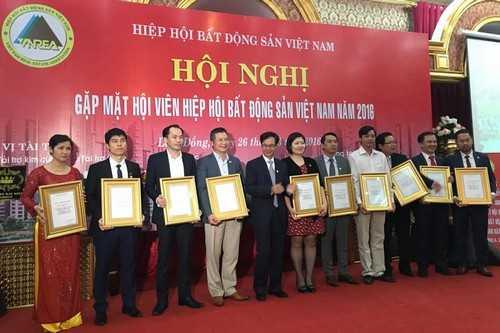 Ông Nguyễn Mạnh Hà - Chủ tịch Hội Môi giới BĐS Việt Nam (Nguyên Cục trưởng Cục Quản lý Nhà và Thị trường BĐS, Bộ Xây dựng) trao bằng khen cho STDA và các doanh nghiệp.