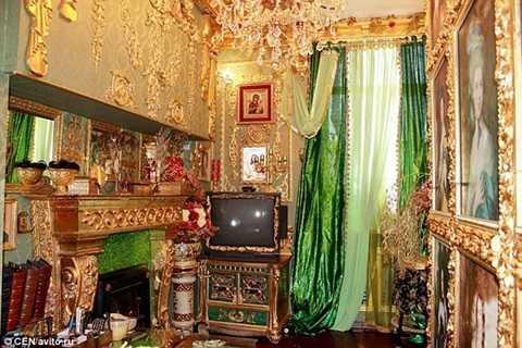 Căn hộ lấp lánh màu vàng từ các góc của lò sưởi đến tường, viền tivi hay các bức tranh