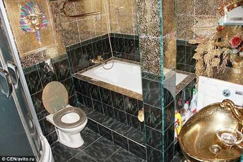 Phòng tắm sang chảnh với chậu rửa mặt dát vàng, cột lấp lánh màu vàng