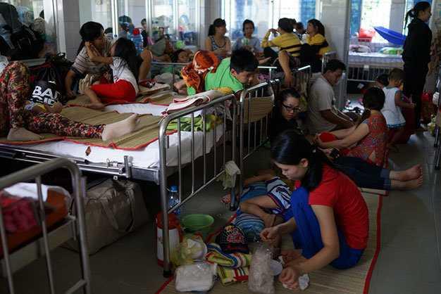 Bệnh viện Nhi đồng 2 rơi vào tình trạng quá tải - Ảnh: Tuổi trẻ