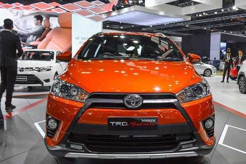 Đầu tiên là lưới tản nhiệt màu bạc của   phiên bản tiêu chuẩn trước đây được hãng xe Nhật Bản sơn thành màu đen   mạnh mẽ. Ngoài ra, lưới tản nhiệt của Toyota Yaris TRD Sportivo 2016   cũng được mở rộng xuống dưới.