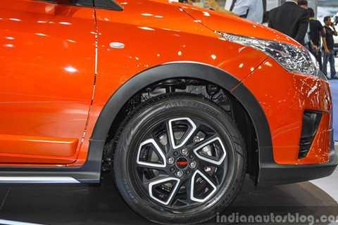"""Logo """"TRD Sportivo"""" cũng xuất hiện   trên nhiều chi tiết ngoạ thất của xe. Ngay chính giữa bộ vành hợp kim 5   chấu cũng xuât hiện logo TRO là những thay đổi đáng kể khác của Toyota   Yaris phiên bản thể thao."""