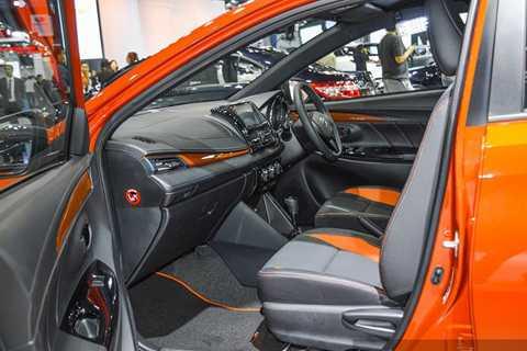 """Bên trong Toyota Yaris TRD Sportivo   2016 có bộ ghế bọc da hai màu đen và cam thay vì loại bọc nỉ tiêu chuẩn.   Bản thân thảm sàn và mặt trong cửa cũng có hai màu tương tự. Thảm sàn   còn đi kèm logo """"TRD Sportivo"""" như dấu hiệu nhận biết."""