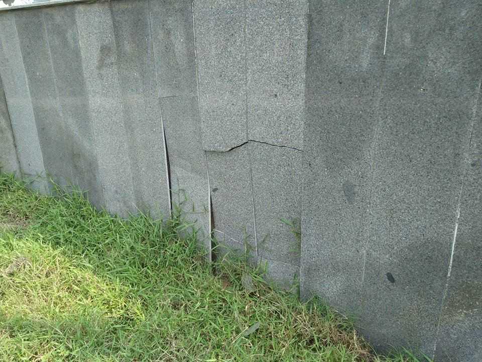Tại số công trình phụ trợ có dấu hiệu xuống cấp do kết cấu lỏng lẻo.