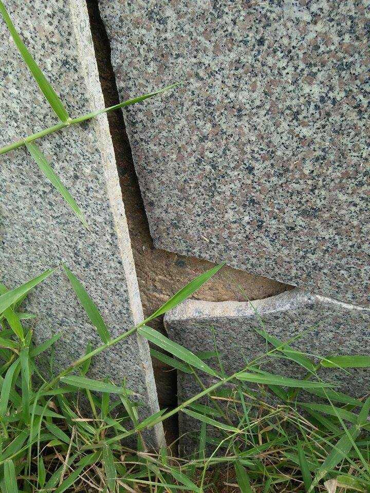Tại vị trí này ghi nhận của PV VTC News có thể dùng tay không có thể dễ dàng tách những viên đá hoa cương khỏi bề mặt tường.