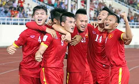 Công Vinh ăn mừng bàn thắng vào lưới Iraq ở lượt đi