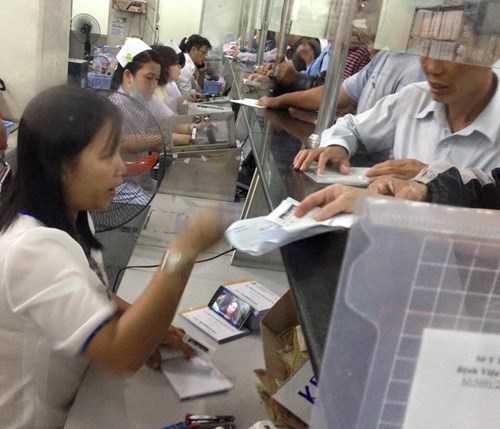 Trước đó, một nhân viên y tế trong giờ làm việc mải 'nghịch' điện thoại tại BV Chợ Rẫy đã bị xử lý.