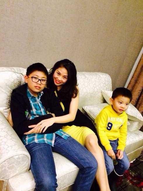 Thu Trang hạnh phúc bên chồng và các con trai. Cô luôn coi vai Tuyết