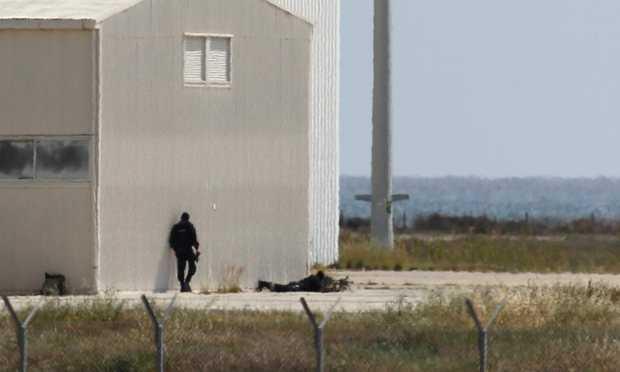 Lính bắn tỉa của cảnh sát địa phương được triển khai đến hiện trường