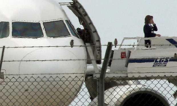 Một cuộc điện thoại được thực hiện ngay ở cửa máy bay