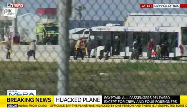 Hình ảnh các con tin được phóng thích từ máy bay