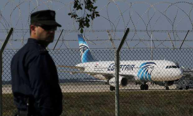Cảnh sát Cộng hòa Síp bên cạnh chiếc máy bay bị khống chế