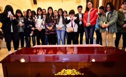 Những người tham gia tỏ ra đau buồn và khóc lóc như thật. Ảnh NetEase