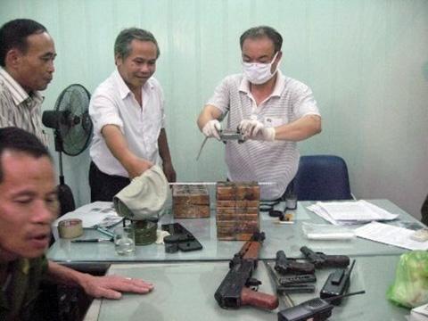 Tang vật hàng chục bánh heroin bị thu giữ