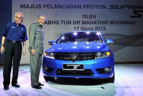 Ông Mahathir Mohamad (áo dài tay) trong lễ ra mắt Proton Suprima S.