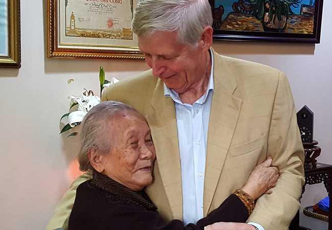 Cựu binh Mỹ Carl W. Greifzu đến ôm hôn mẹ AHLS Đặng Thùy Trâm, nghẹn ngào không nói lên lời.