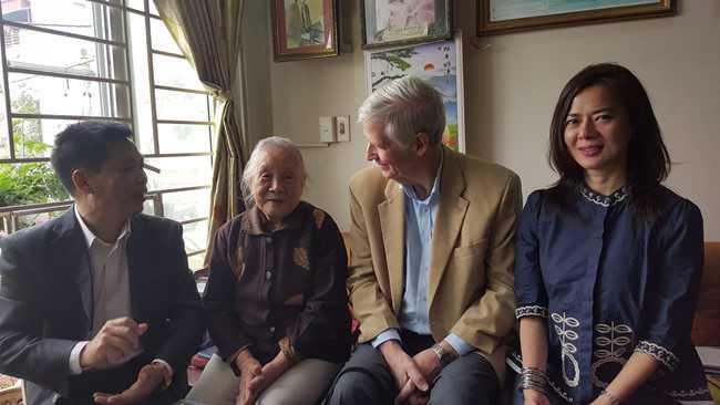 Ông thân mật trò chuyện với bà Đoàn Thị Ngọc Trâm tại nhà AHLS Đặng Thùy Trâm.