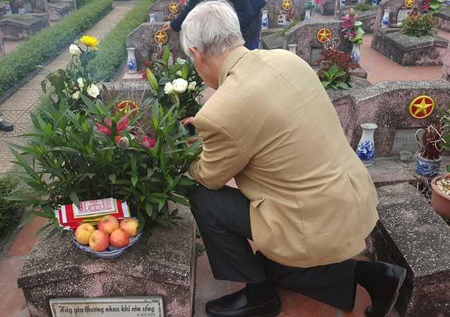 Ông Carl W. Greifzu bỗng quỳ xuống bên cạnh mộ LS Đặng Thùy Trâm và thầm thì điều gì đó bằng tiếng Anh.