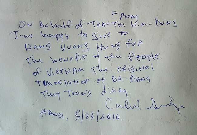 Bút tích đề tặng ghi trên tập bản thảo gốc.