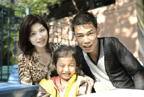 Trái với sự nghiệp có vẻ lận đận, trong cuộc sống riêng, Hiệp Gà lại rất đào hoa. Anh luôn có nhiều bóng hồng bên cạnh. Người vợ đầu tiên của nam diễn viên là Thanh Quý, làm nghề cắt tóc ở Quảng Ninh. Hai người kết hôn vào năm 2003 và có chung một bé gái.