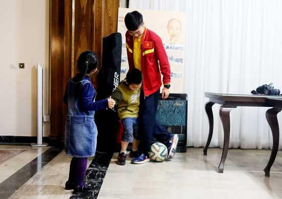 Xuân Trường chơi bóng với trẻ em
