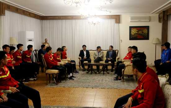 Đại sứ đặc mệnh toàn quyền Việt Nam tại Iran Nguyễn Hồng Thạch đã   khích lệ, động viên tinh thần các cầu thủ, đồng thời chúc thầy trò HLV   Nguyễn Hữu Thắng dành chiến thắng trong trận đấu với ĐT Iraq vào ngày   29/3 tới.