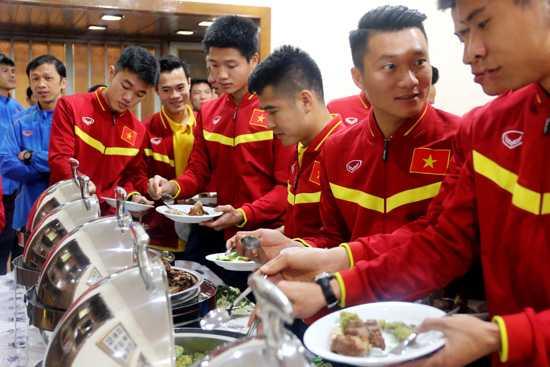 Các tuyển thủ thưởng thức hương vị Việt trên đất Iran. Ảnh VFF