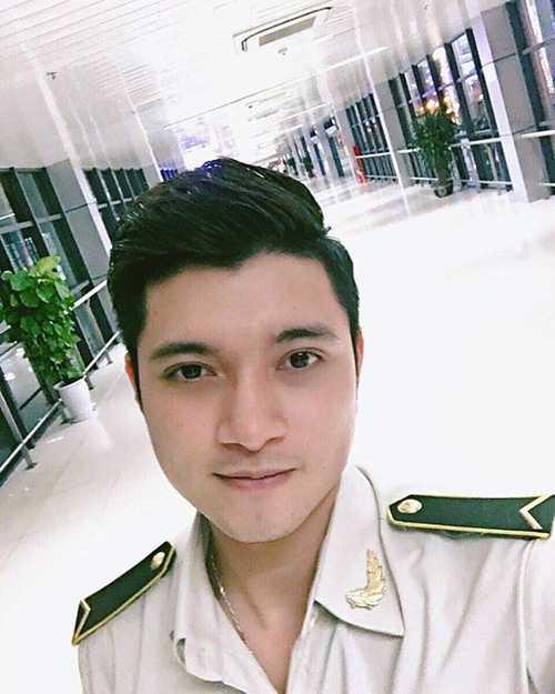 Hiện tại, chàng trai này đang làm nhân   viên An ninh tại Sân bay Quốc tế Nội Bài. Ngoài công việc, chàng trai   còn kinh doanh nước hoa.