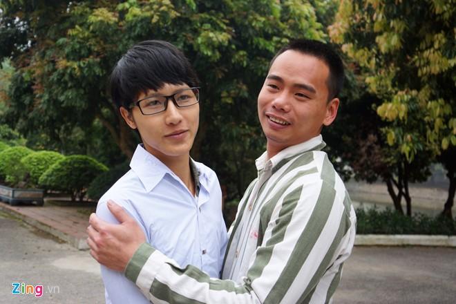 Sau khi nhận quyết định, Hiếu vui mừng ôm chia tay một người bạn thân thiết trong tù