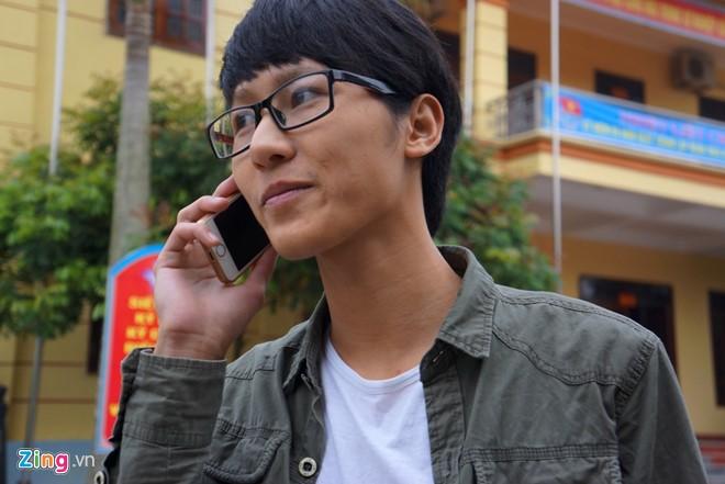 Hiếu mượn điện thoại gọi cho người thân