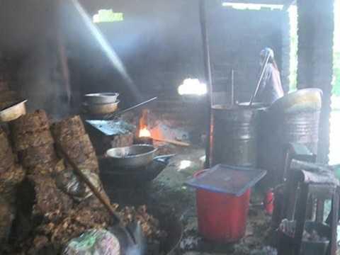 Hàng trăm cân nội tạng lợn bẩn để rán, ép lấy mỡ bán với giá khoảng 6.000 đồng, khi được chở đi tiêu thụ tại Hà Nội và một số địa phương khác, giá loại mỡ này đã tăng lên khoảng 14.000-18.000 đồng/lít. Trong khi đó, cơ sở tư nhân ở Thanh Trì, Hà Nội cũng sản xuất mỡ bẩn, dầu ăn bẩn để bán cho các cửa hàng kinh doanh. Ảnh: ANTĐ.