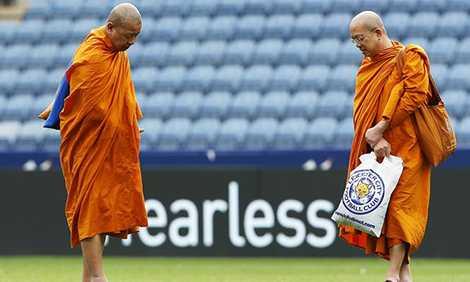 Leicester từng gây sốt khi đưa 2 nhà sư Thái Lan đến làm lễ tại sân King Power