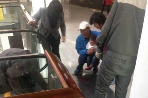 Cô bé đi lên thang máy nhưng bị ngã và thang cuốn đã nuốt mất sáu ngón tay của cô. Ảnh The Mirror