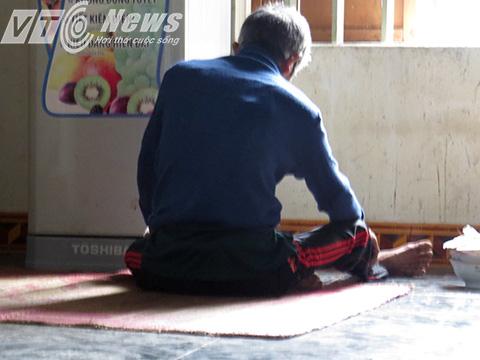 Sau hơn 1 ngày, khi có phóng viên vào, ông Khá không muốn nói chuyện mà ngồi một chỗ như thể vẫn đang say - Ảnh MK