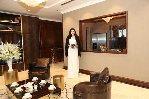 Á hậu Tú Anh thăm quan căn hộ mẫu được trang bị nội thất của hãng Longhi- 1 trong 3 công ty nội thất Ý hàng đầu thế giới mang kiểu dáng hiện đại pha trộn nét đương đại