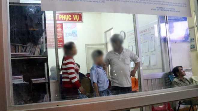 Gia đình học sinh Nam đang chờ công an làm việc với nghi phạm. Ảnh: Tuổi trẻ