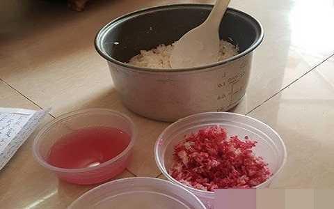 Nấu cơm ăn không hết để lại qua đêm, đến sáng hôm sau ông T. bàng hoàng phát hiện nồi cơm đổi từ màu trắng sang đỏ quạch như máu