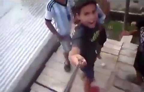 Một nhóm các chàng trai chèo lên mái nhà tự sướng và la hét ầm ĩ. Ảnh The Mirror