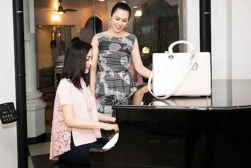Giáng My cũng không quên trổ tài đánh piano trong đêm tiệc.