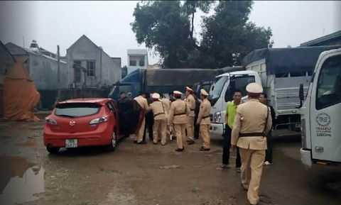 Rất đông cảnh sát được huy động để ngăn chặn chiếc xe tải.