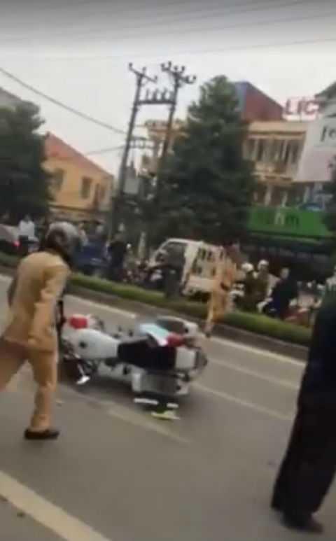 Xe chuyên dụng của cảnh sát bị xe tải húc đổ.