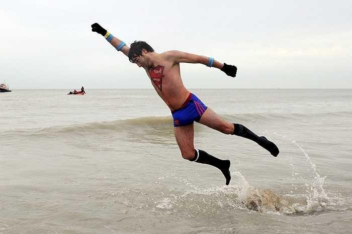Người đàn ông mang trang phục Siêu nhân lao lên từ mặt biển ở Ostend, Bỉ
