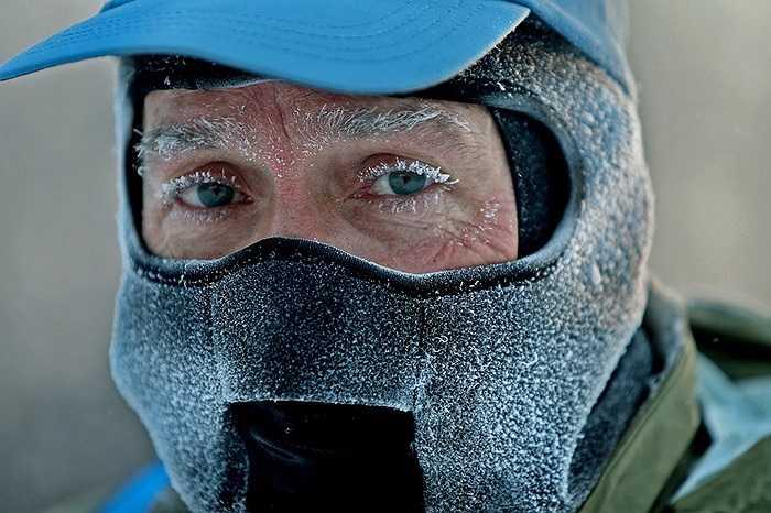 Người đàn ông bị tuyết bám đầy mặt trong thời tiết băng giá ở Minneapolis, Mỹ