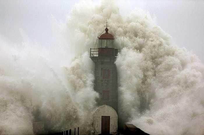 Sóng đánh vào hải đăng ở Porto, Bồ Đào Nha